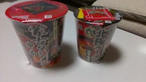 中本カップ麺(左)と北極カップ麺(右)の比較。北極カップ麺の方が一回り小さめです。