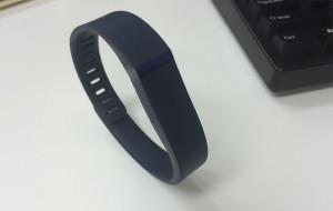 活動量計「Fitbit」シリーズ。写真は腕に巻くタイプのエントリーモデル「Fitbit Flex」。家電量販店で1万円前後で入手可能です。
